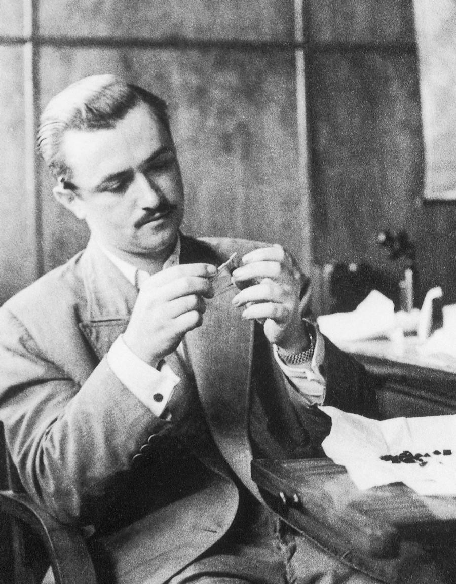 Antes de trabalhar no mundo das joias, Jules dava aulas de francês  (Foto: Reprodução)