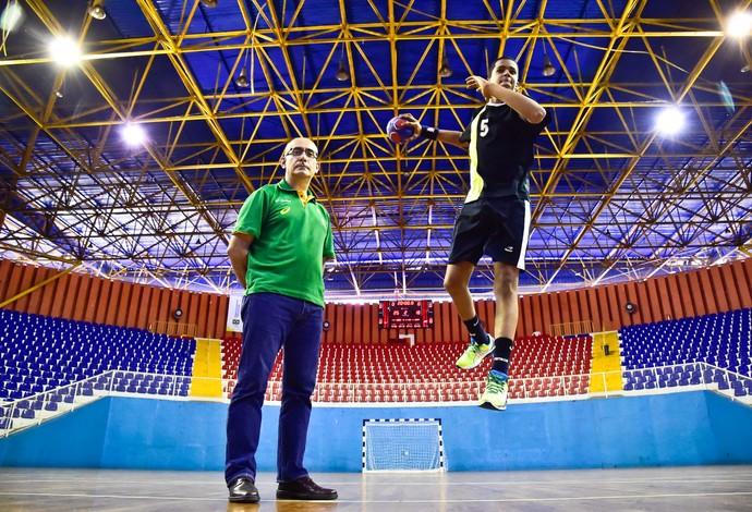 Jordi Ribera ao lado do jogador Mateus Silva, de 14 anos (Foto: Wander Roberto/Inovafoto/COB)