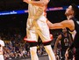 Curry faz cesta até do meio da quadra, e Golden State esmaga os Clippers