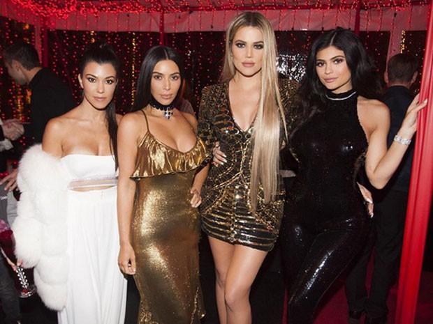 Kourtney Kardashian, Kim Kardashian, Khloe Kardashian e Kylie Jenner em festa (Foto: Instagram/ Reprodução)