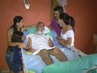 Jaboticabal leva paciente acamado para casa em carro improvisado; vídeo
