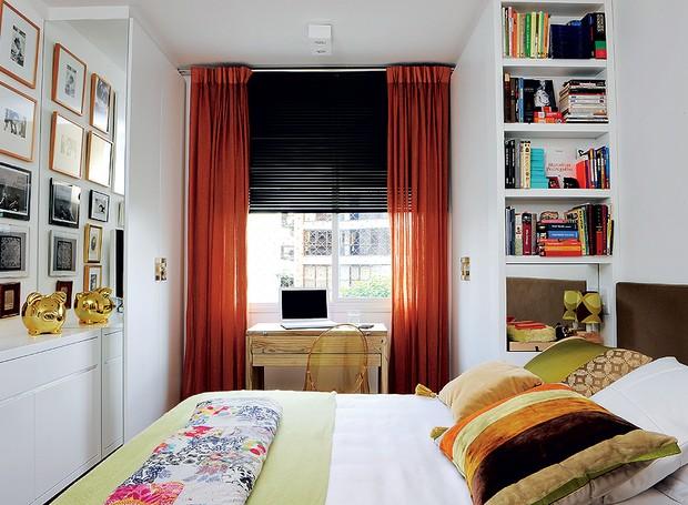 O quarto da arquiteta Cinthia Liberatori tem 9 m². A escrivaninha em que ela desenha é também o cantinho da vaidade, pois tem nichos com acessórios. Em um dos quatro armários coube até uma rasa estante de livros (Foto: Marcelo Magnani/Casa e Jardim)