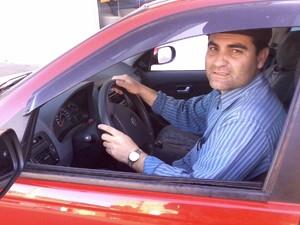 Leandro Chaves devolveu R$ 20 mil que encontrou dentro do táxi que dirigia (Foto: Luis Eduardo da Silva/RBS TV)