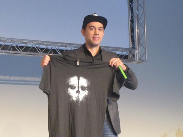 Max Morais, gerente geral da Activision no Brasil, mostra os itens da pré-venda de 'Call of Duty: Ghosts' no Brasil (Foto: Gustavo Petró/G1)