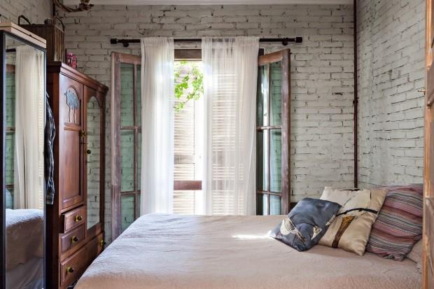 No quarto, porta antiga faz as vezes de janela e abre para o quintal (Foto: Lufe Gomes / Editora Globo)