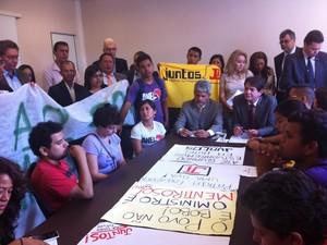 Estudantes protestaram duranto visita do ministro (Foto: Dominik Giusti / G1)