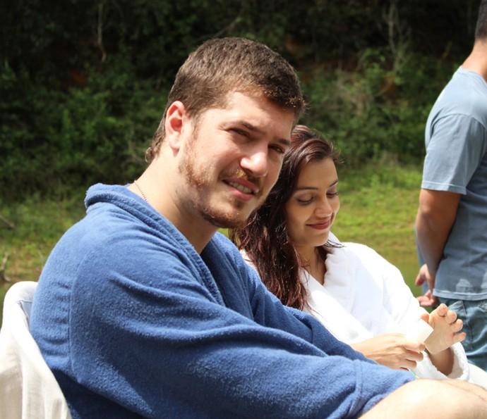 O ator Romulo Estrela faz registro dos colegas Caio Paduan e Letícia Persiles (Foto: Romulo Estrela)
