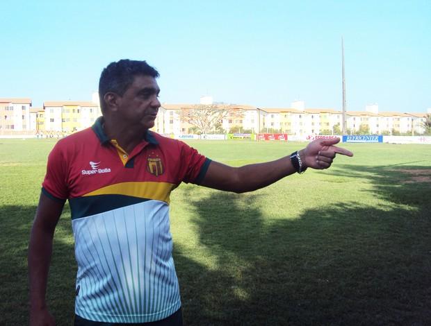 Técnico Flávio Araújo deve voltar a escalar o time no 4-4-2 (Foto: Afonso Diniz/Globoesporte.com)