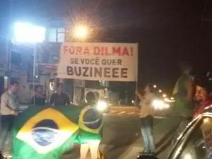 Grupo de manifestantes sai à rua e pede bizunaço contra Dilma (Foto: Grazi/Arquivo pessoal/Divulgação)