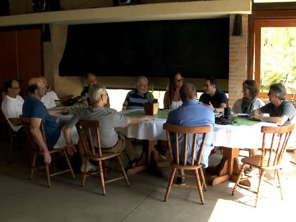 Moradores se reúnem todo sábado para debaterem questões do condomínio e para confraternizarem (Foto: Reprodução de TV)