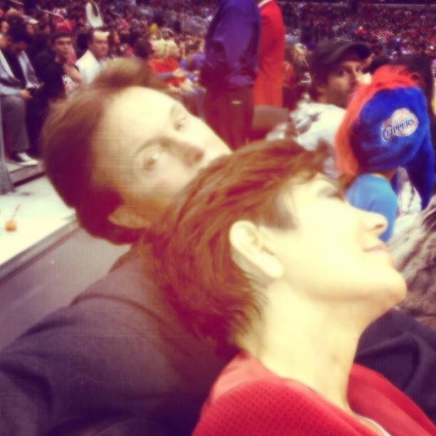 Bruce e Kris Jenner em jogo de basquete (Foto: Instagram)