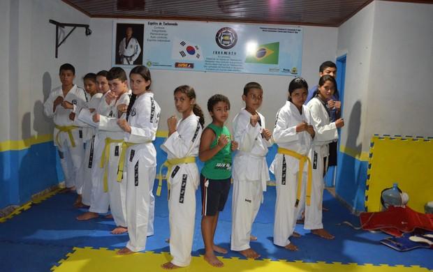 Atletlas de Guajará-Mirim se preparam para 6º Rondônia Taekwondo Open (Foto: Helen Batista/GLOBOESPORTE.COM)