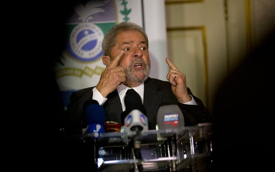 Lula comenta decisão sobre processo de impeachment, na quinta-feira, 3 de dezembro (Foto: AP Photo/Silvia Izquierdo)
