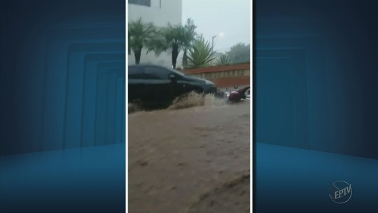 Chuva deixa pontos de alagamentos e encobre carros em Guaxupé, MG