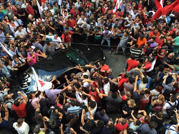 Lula deixa a sede do Instituto Lula, em São Paulo (Foto: Letícia Macedo/G1)
