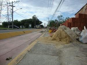 Materiais de obras dificultam o tráfego dos ciclistas em Santa Cruz. (Foto: Mariucha Machado/G1)