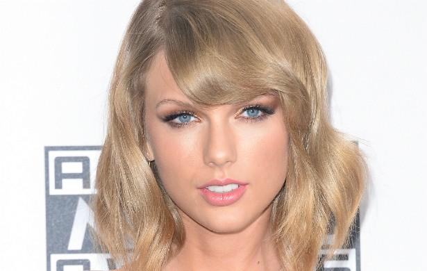 Falando em Emma Stone e em pães, a cantora Taylor Swift costuma chamar a atriz para fazerem pães juntas. A festa na cozinha fica completa com a presença de Selena Gomez. (Foto: Getty Images)