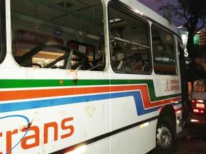 Ônibus bateu em árvore na Epitácio Pessoa, próximo a um ponto, na madrugada de segunda-feira (Foto: Maurício Melo/G1)