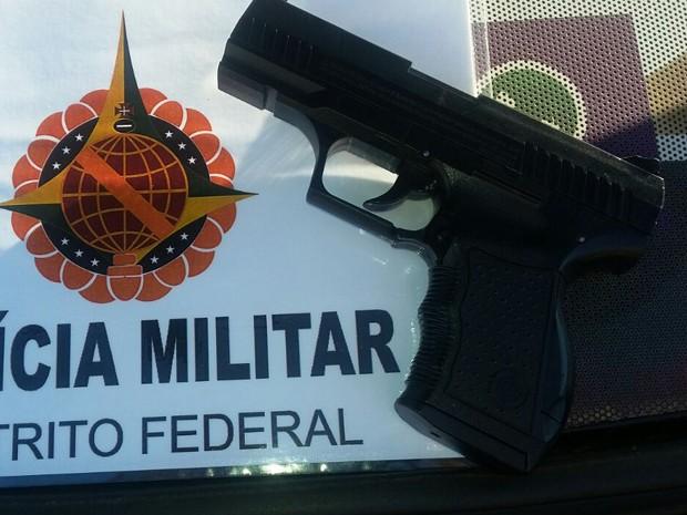 Pistola falsa apreendida com suspeito de roubar carro no Gama (Foto: Polícia Militar/Divulgação)