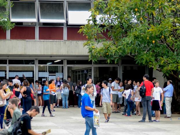DOMINGO (5): São Paulo - Estudante estuda de última hora antes da abertura dos portões para a prova da Fuvest (Foto: Flávio Moraes/G1)