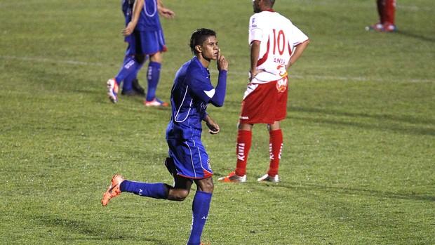 Daniel comemora gol do São Caetano contra o Boa Esporte (Foto: Anderson Gores / Agência Estado)