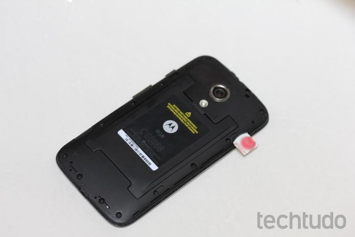 Chip sendo inserido na entrada SIM 1 do Moto G (Foto: Reprodução/TechTudo)
