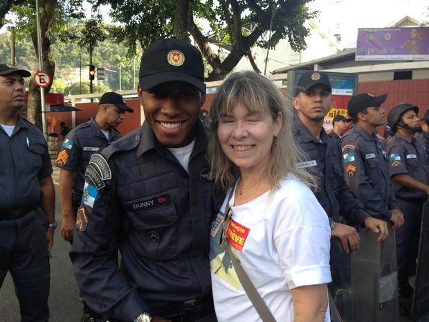 PM Ronny Pessanha e sua ex-professora, Virgínia Azambuja, se abraçam no protesto (Foto: Guilherme Brito / G1)