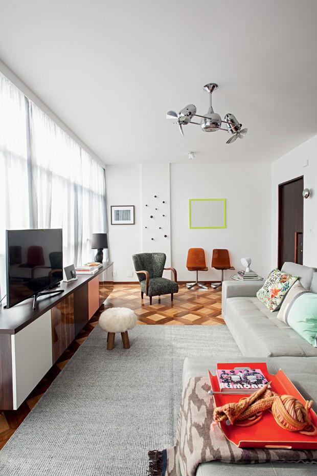 Sala de TV | Sobre o sofá com tecido da JRJ, almofadas e manta da Empório Beraldin. Tapete da Botteh e banqueta da Luhome (Foto: Gui Morelli/Editora Globo)