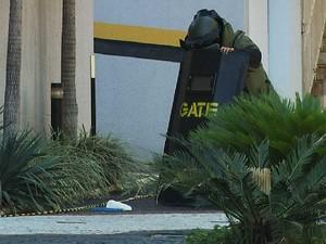 Gate é acionado para remover objeto encontrado em Tribunal Regional do Trabalho (TRT), em Campinas (SP) (Foto: Carlos Velardi / EPTV)