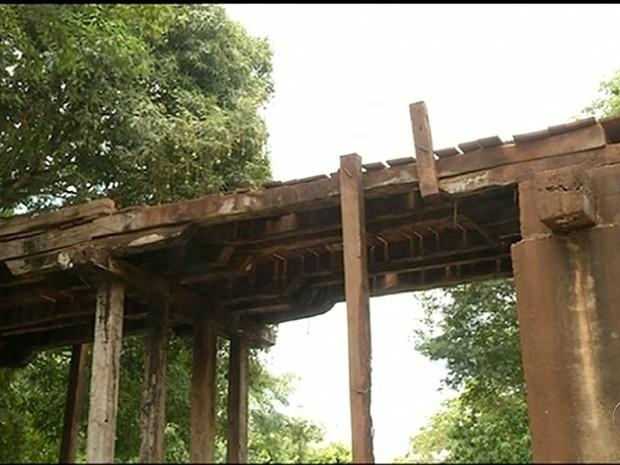 Ponte de mandeira está comprometida  (Foto: Reprodução/TV Anhanguera)
