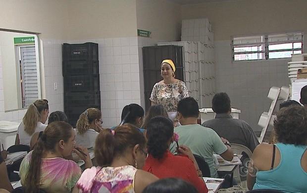 Curso do projeto 'Mesa Brasil' ensina como reaproveitar alimentos (Foto: Acre TV)