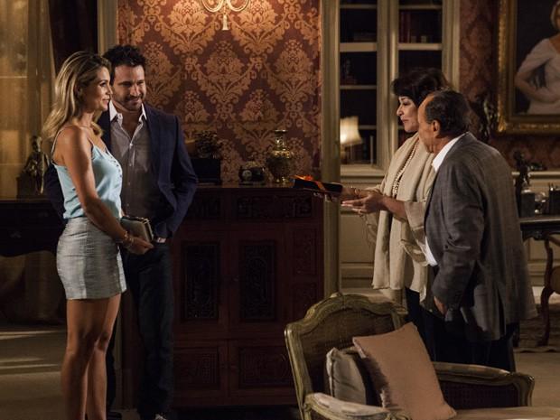 Érica chega para o jantar na casa de Celso (Foto: Salve Jorge/TV Globo)