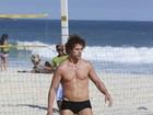 José Loreto exibe corpo sarado em praia no Rio