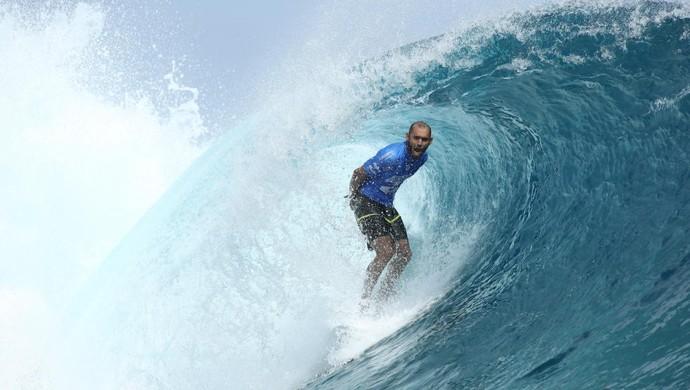 Jadson André surfe teahupoo (Foto: WSL/Kelly Cestari)