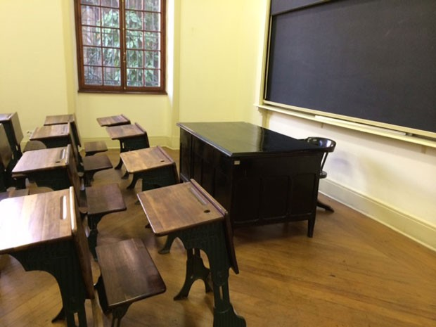 Exposição recria uma sala de aula do antigo Caetano de Campos (Foto: Divulgação/Patrícia Golombek)
