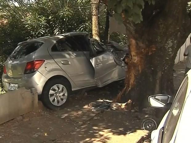 Carro bateu em veículo estacionado e muro (Foto: Reprodução / TV TEM)