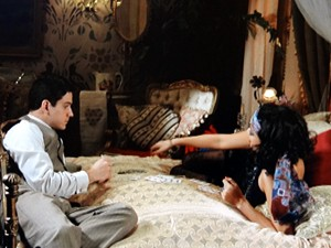 Os dois jogam baralho na cama (Foto: Gabriela / TV Globo)