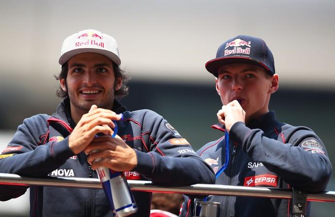 """Os novatos Carlos Sainz Jr. e Max Verstappen surpreenderam o consultor da RBR: """"Trabalho melhor"""" (Foto: Getty Images)"""