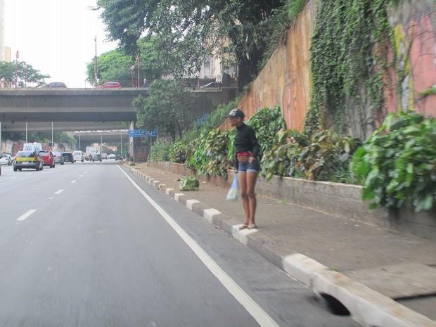 Usuária caminha no corredor norte-sul, movimentada via de SP (Foto: Paulo Toledo Piza/G1)