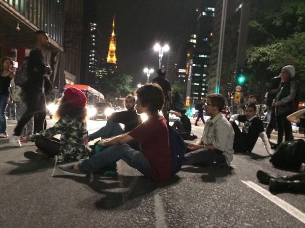 Manifestantes sentaram na Avenida Paulista durante o ato (Foto: Roney Domingos/G1)