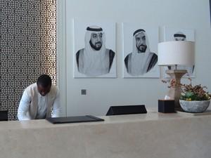 Imagem dos xeiques dos Emirados Árabes em lobby de hotel (Foto: Flávia Mantovani/G1)