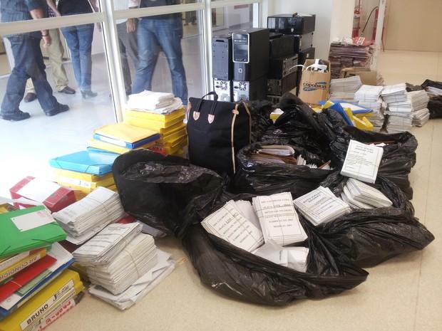 Documentos e papéis apreendidos em operação no Detran. (Foto: Guilherme Brito / G1)