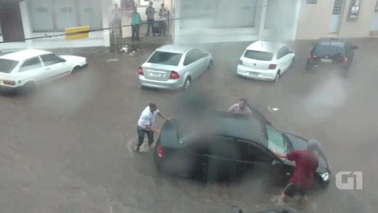Temporal causa alagamento de vias e residências em Santiago, no RS
