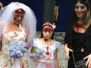 Mãe e filha foram fantasiadas de noiva. Amiga preferiu ser a viúva (Foto: Thais Kaniak/G1)