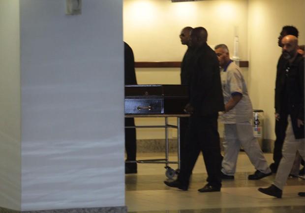 Corpo de Betty encaminhado para o crematório (Foto: Anderson Borde e Marcello Sá Barreto / AgNews)