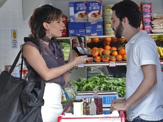 """Luciana tenta """"comprar"""" comidas com muambas chinesas (Foto: Malhação/ TV Globo)"""