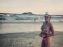 Helô Pinheiro posa de biquíni em praia e mostra corpo em forma aos 71 anos