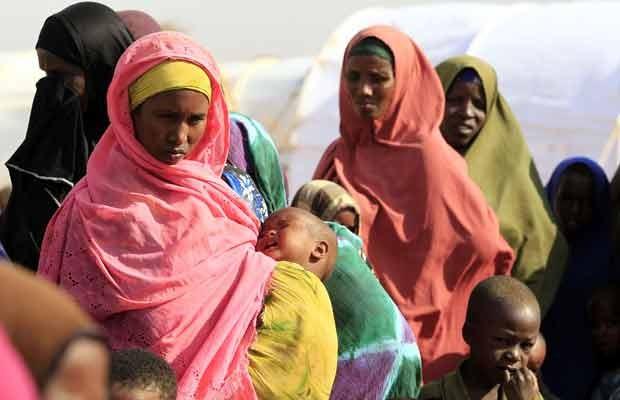 Refugiados somalis recém-chegados a Dadaab recebem vacinas de funcionários da MSF nesta quinta-feira (13) (Foto: AP)