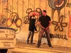 No Rio, Justin Bieber grafita muro durante a madrugada e se exercita em praia da Zona Oeste