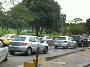 Motoristas enfrentam congestionamento na Niterói-Manilha na manhã deste sábado (23) (Foto: Tássia Thum/G1)